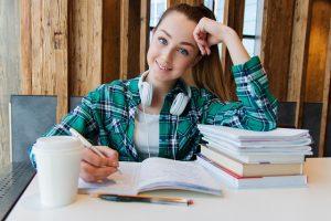 Chica estudiando a distancia