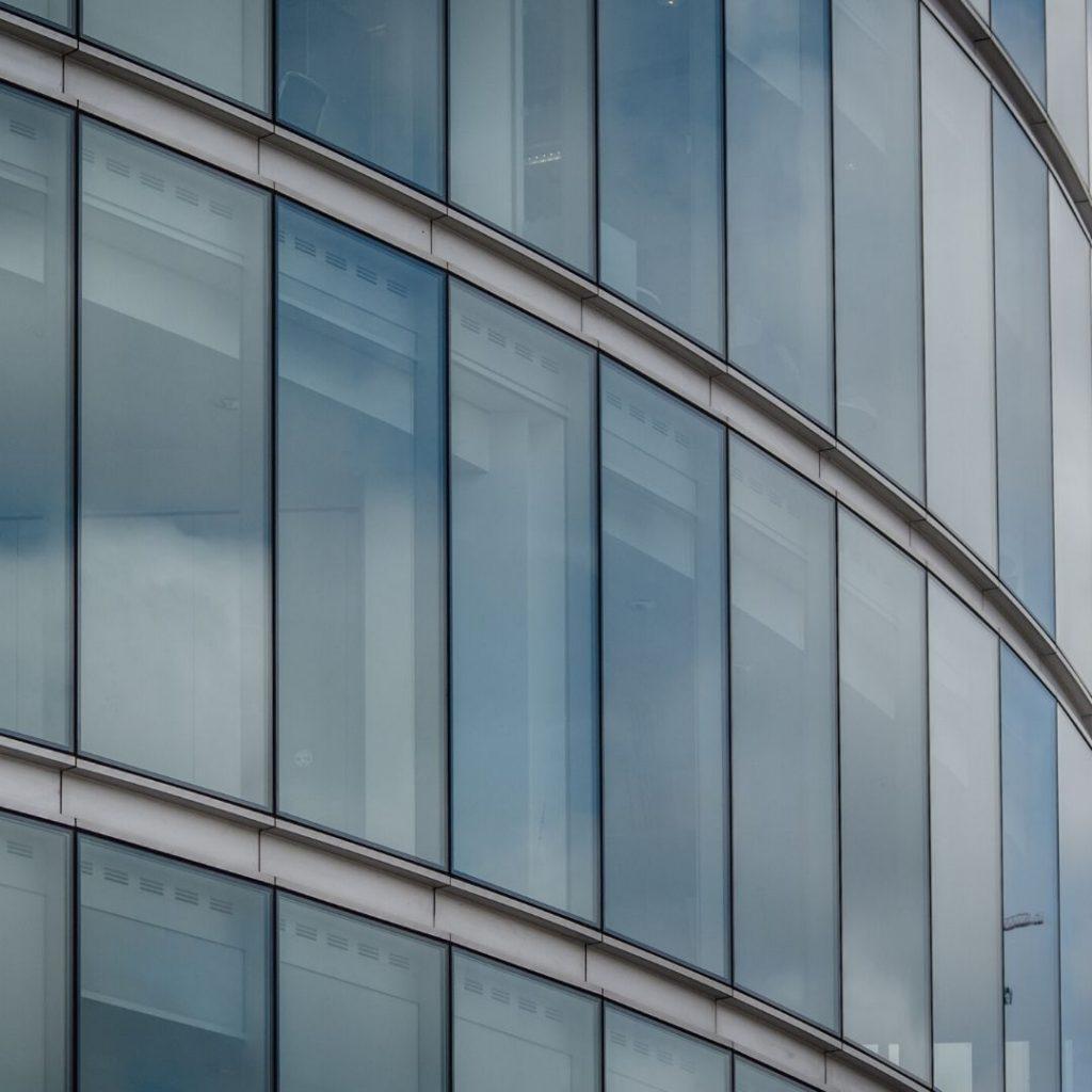 Trabajos de vidriería en fachada de oficina