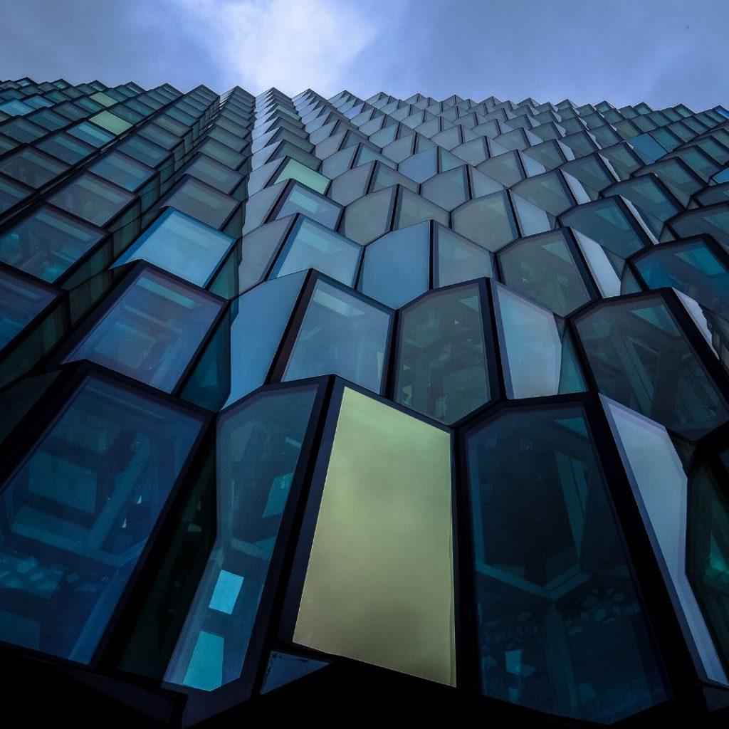 Fachada de edificio con Trabajos de vidriería
